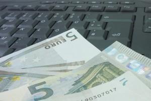 Geldscheine auf der Tastatur